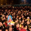 """""""Święci nie przemijają"""" - widowisko muzyczno - teatralne na pl. Piłsudskiego w Warszawie zprganizowane przez Centrum Myśli Jana Pawła II. W koncercie tym przypomniano postaci Świętych, którzy byli szczególnie ważni dla Ojca Świętego. Całość stanowiła plenerowe widowisko z udziałem orkiestry symfonicznej, chórów, wokalistów, aktorów mimów i statystów. Muzykę i śpiew połączono z działaniami aktorskimi, dynamiczną inscenizacją i współczesnymi technikami audiowizualnymi. Reżyserem i autorem scenariusza jest Jerzy Bielunas, zaś kierownikiem muzycznym Marcin Pospieszalski. Wykonawcy: Dorota Segda, Daniel Olbrychski, Grzegorz Turnau, Ewa Błaszczyk, Kinga Preis, Maja Komorowska, Anna Seniuk, Andrzej Grabowski, Jan Peszek, Marian Opania, Schola Dominikańska, Chór Centrum Mysli Jana Pawła II, Orkiestra Kameralna, Studenci PWST i grupa młodzieży oazowej"""